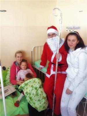 Mikuláš so svojimi pomocníkmi rozveselil pacientov v Nemocnici Zvolen