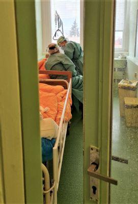 Pacienti na COVID oddelení sa budú môcť spojiť s rodinami.  Nemocnica AGEL Zvolen im umožní videohovor